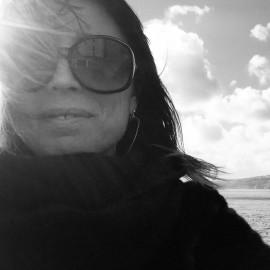 SUSANNA ZUIN  Socia fondatrice. Laureata in economia e commercio, e master in marketing e comunicazione aziendale all'università Ca' Foscari di Venezia, ricopre ruoli manageriali in agenzie di comunicazione e aziende internazionali quali Mccann Erickson, Leo Burnett, Ogilvy & Mather. Con 15 anni di esperienza nelle strategie di comunicazione corporate, atl e btl, oggi è fondatrice e socia di ArtistProof Communication Lab dove è responsabile della relazione e gestione dei clienti e del planning strategico e creativo.