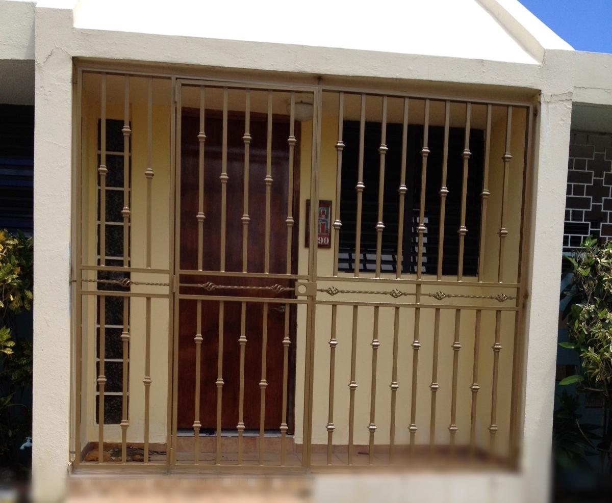 Portón y verja balcón frente casa