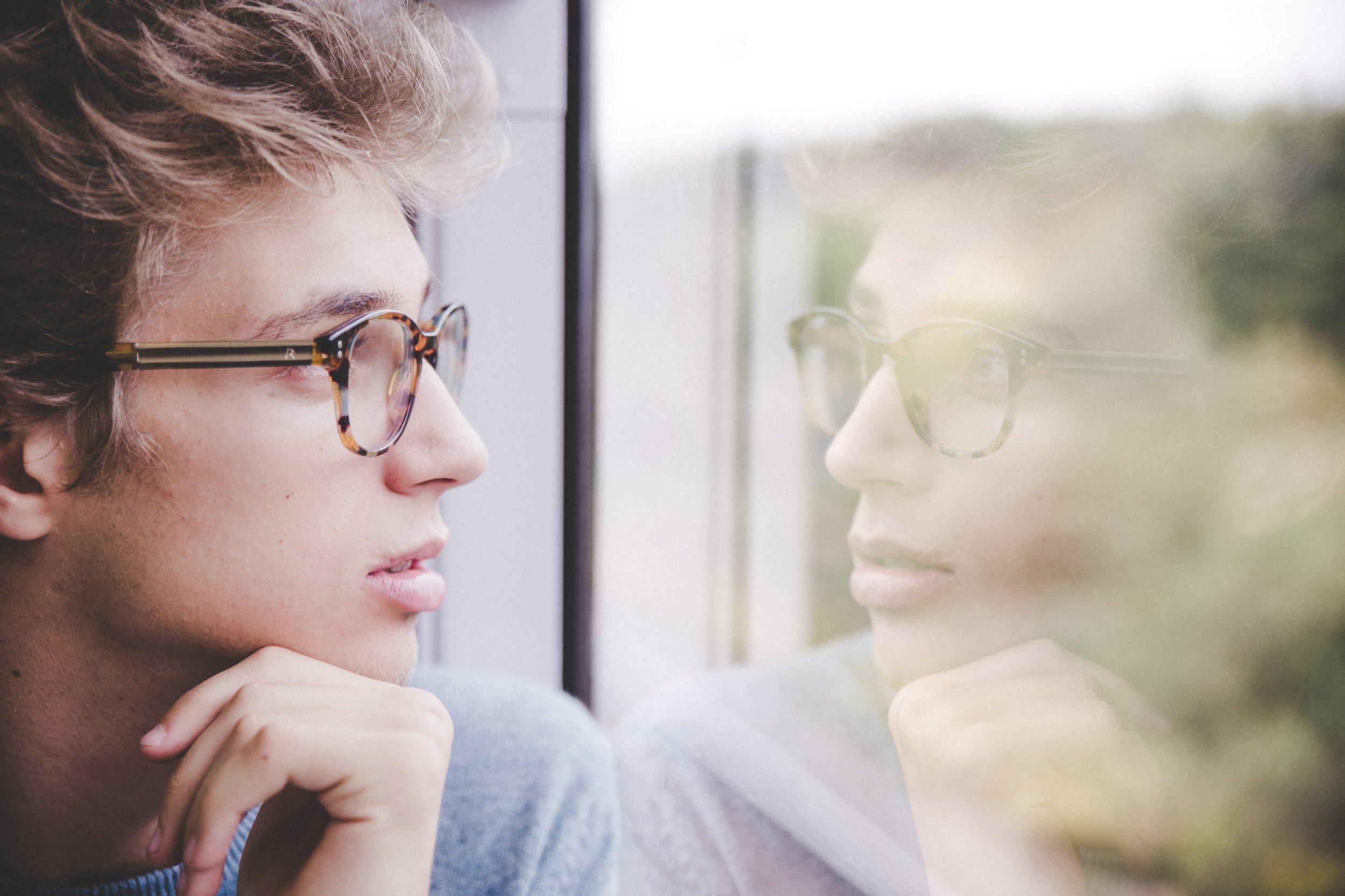 """Seminar zum Thema """"Selbstbild"""" - die Beziehung zu mir selbst - Im Rahmen von Visionsgruppen haben wir uns damit beschäftigt, wie Menschen durch das Evangelium aufblühen können, unter anderem in ihrer Beziehung zu sich selbst. Vertiefend zu diesem Thema findet im Herbst ein Seminar mit der Referentin Dr. Sabine Schröder (systemische Coachin, Psychotherapeutin und Theologin) statt. """"Wer bin ich?"""", """"Wie kann ich zufrieden mit mir selbst sein?"""" oder """"Über was definiere ich mich?"""" sind nur einige Fragen, mit denen wir uns auseinandersetzen werden."""