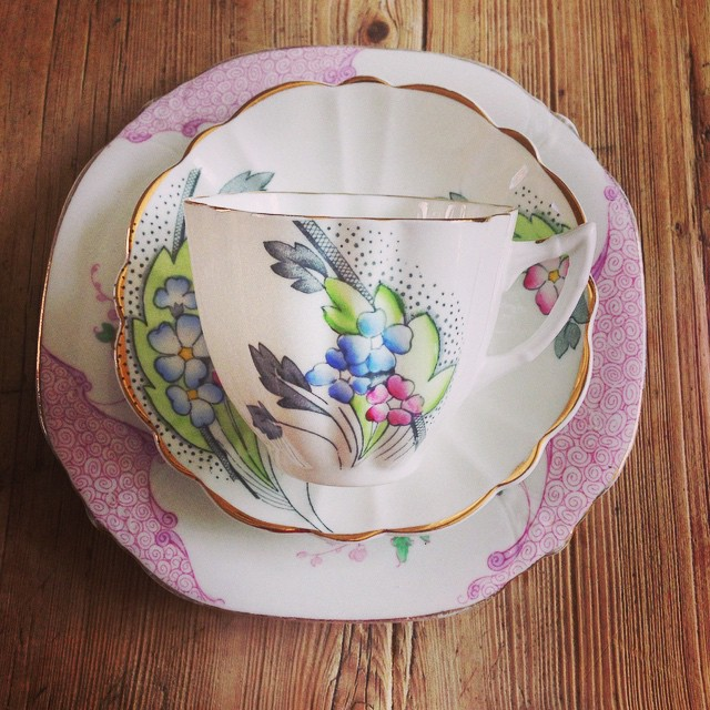 Quick, get the kettle on, it's tea o'clock!! This little Art Deco beauty is just what we need to get through the afternoon #vintagechinahire #pearlsandpeonies #vintagechina #weddingsnottingham