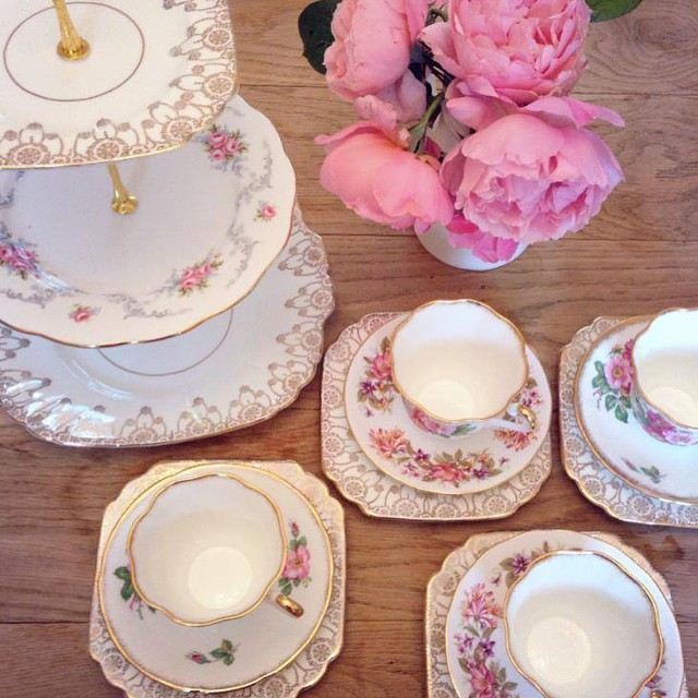 Pretty in pink #pearlsandpeonies #vintagechinahire #floralchina #weddinghire #vintagechina #weddingsnottingham
