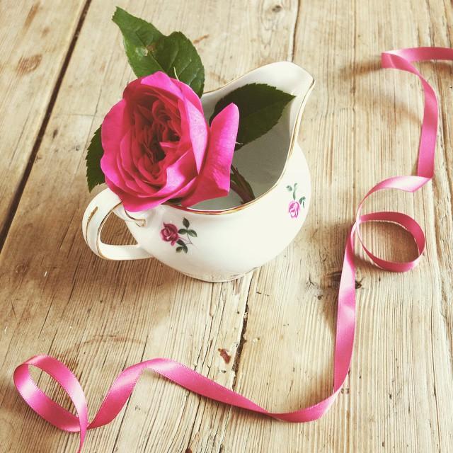 Happy Friday 🎀💕👒🌹#vintagechina #chinahire #pearlsandpeonies #weddinginspiration #vintagewedding #vintageteacup #teacup #trio #handpainted #afternoontea #hightea #wedding #vintage #ditsyrose #davidaustinroses