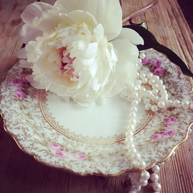 Oh my days! Pearls, the prettiest of peonies from my garden and delicious vintage china. Too much pretty to handle 🌸🎀💕 #vintagechina #chinahire #pearlsandpeonies #weddinginspiration #vintagewedding #vintageteacup #teacup #trio #handpainted #afternoontea #hightea #wedding #vintage