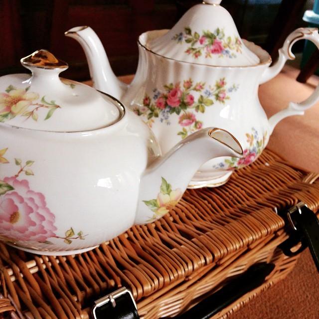 Pretty little teapot Sunday #vintagechina #chinahire #pearlsandpeonies #weddinginspiration #vintagewedding #vintageteacup #teacup #trio #handpainted #afternoontea #hightea #wedding #vintage #vintageteapot