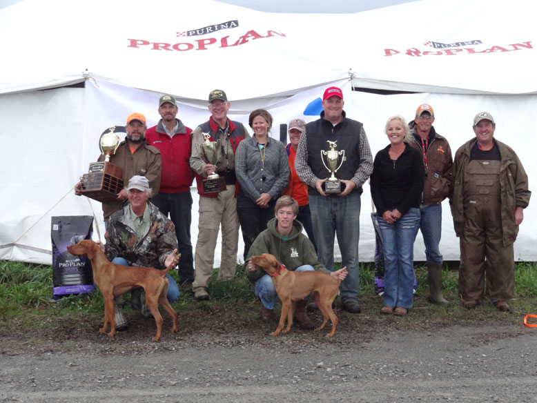 Quail Championship  BACK: JAIME FOUNTAIN, ROBERT TOMCZAK; JUDGES: MIKE CROUSE AND MARY CROUSE SCHALK, STEPHANIE FIDLER, BRIAN GINGRICH, CARRIE SYCZYLO, BRIAN FIDLER, AND RON CHENOWITH. FRONT: MARK JOHNSON WITH THE WINNER, A CASE FOR JT BECKER, AND ANDREW FIDLER WITH RUNNER UP, BURR OAK'S ELLIE MAE.
