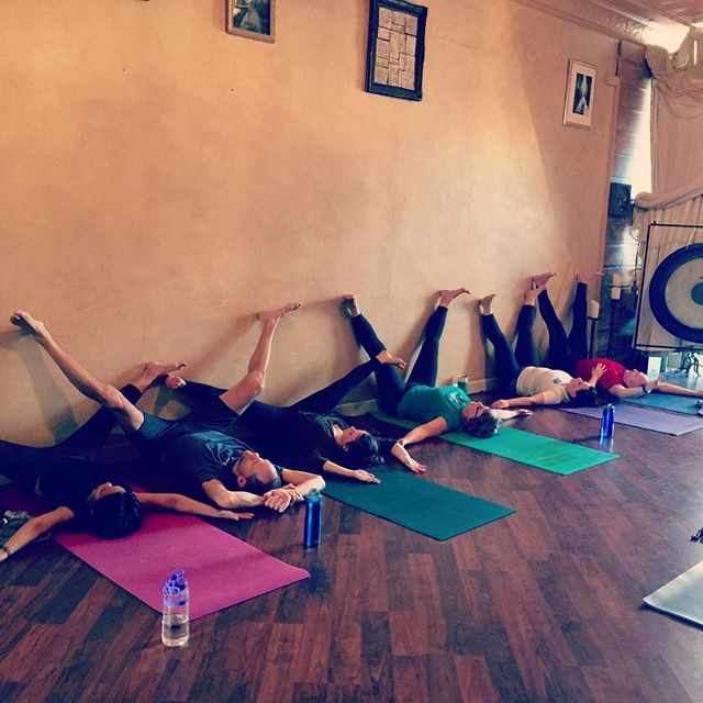 #happyplace #happyplaceonearth #happyyogis #yogateachertraining  #yogateacher #viparitakarani #legsupthewall #legsupthewallvariation #essenciayoga #postpractice #lettinggo #legsupthewall #legsworkout
