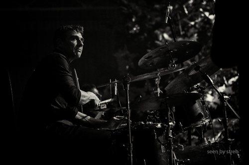 Kai Schoenburg  Kai studierte zu Beginn der 90er Jahre Schlagzeug bei Keith Copeland und Michael Küttner an der Musikhochschule Köln. 1992 bekam er dort selbst seinen ersten Lehrauftrag und begann sich einen Namen zu machen als Dozent zahlreicher Jazz- und Rockworkshops. Von 1996 bis 2001 war er der Solo- Schlagzeuger am Theater des Westens in Berlin und hat in dieser Zeit Shows wie Chicago, Jesus Christ Superstar, Falco meets Amadeus und Grease begleitet. Schönburg hat bei einer großen Anzahl von Produktionen und Konzerten mitgewirkt und hat dabei unter anderem mit Ernie Watts, Jiggs Whigham, Thärichens Tentett, Ack van Royen, Rias-Big-Band, New York Voices, Uli Beckerhoff, Candy Dulfer, NDR-Big-Band, Judy Niemack, Herb Geller, Jasper van't Hof, Joja Wendt, Manfred Krug und Lee Konitz zusammengearbeitet.