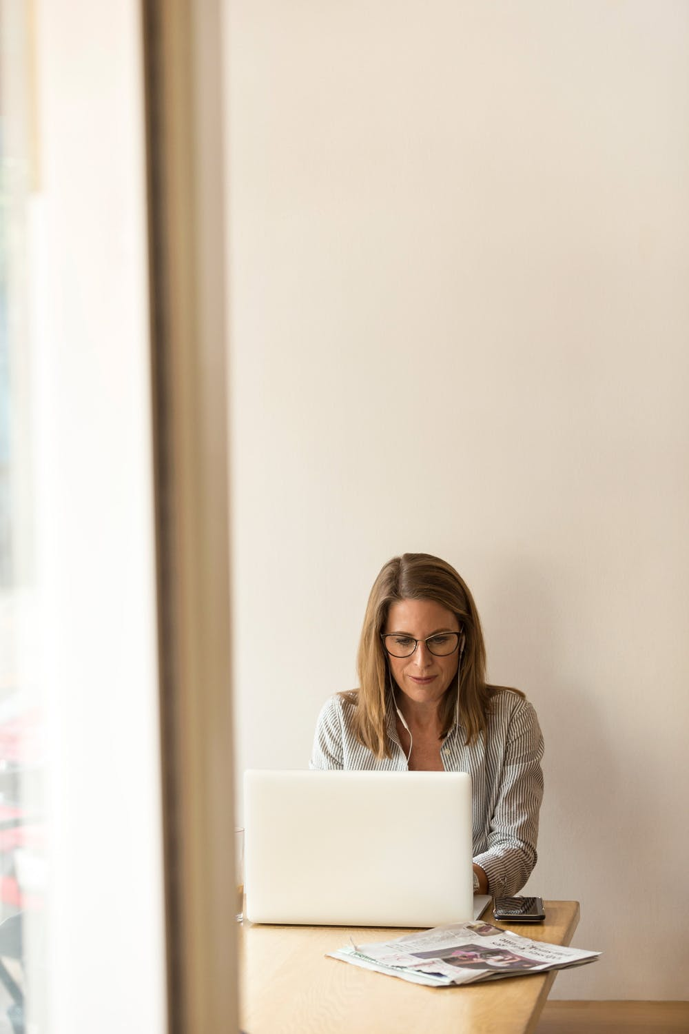 woman going online looking for the best website design for small businesses