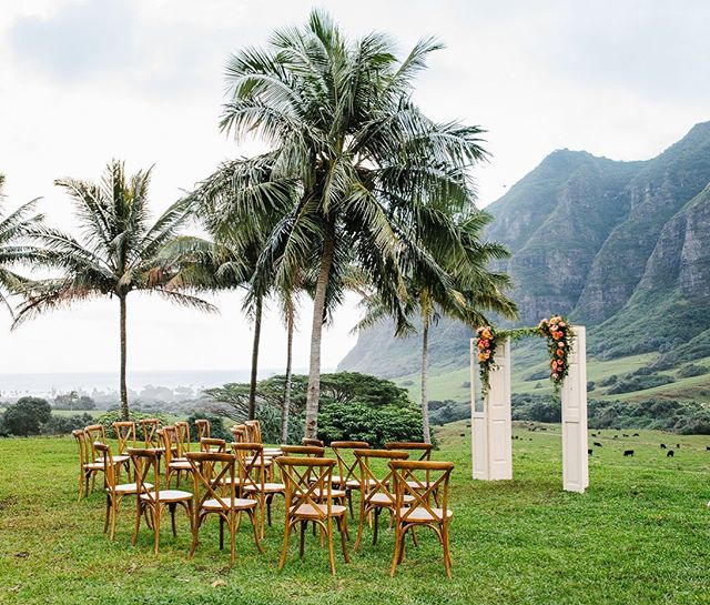 Hawaii never ceases to amaze and inspire us with its natural beauty! Perfect place for a wedding wouldn't you say? ☺️ @kualoaranchweddings @laflorevents @hawaiitents