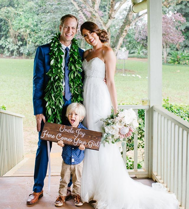 Elise & Jay's boho wedding is up on the @heyweddinglady blog! Link will be posted in our bio through the weekend! . . . Venue: @sunsetranchhawaii  Coordination @allmyheartevents  Florals: @hawaiianfloral  Dress: @bijoubridal  Cake: @upcountrycreations  MUAH: @joleeartistry  Catering: @memoirshawaii  Signage & Decor: @alohaartisans