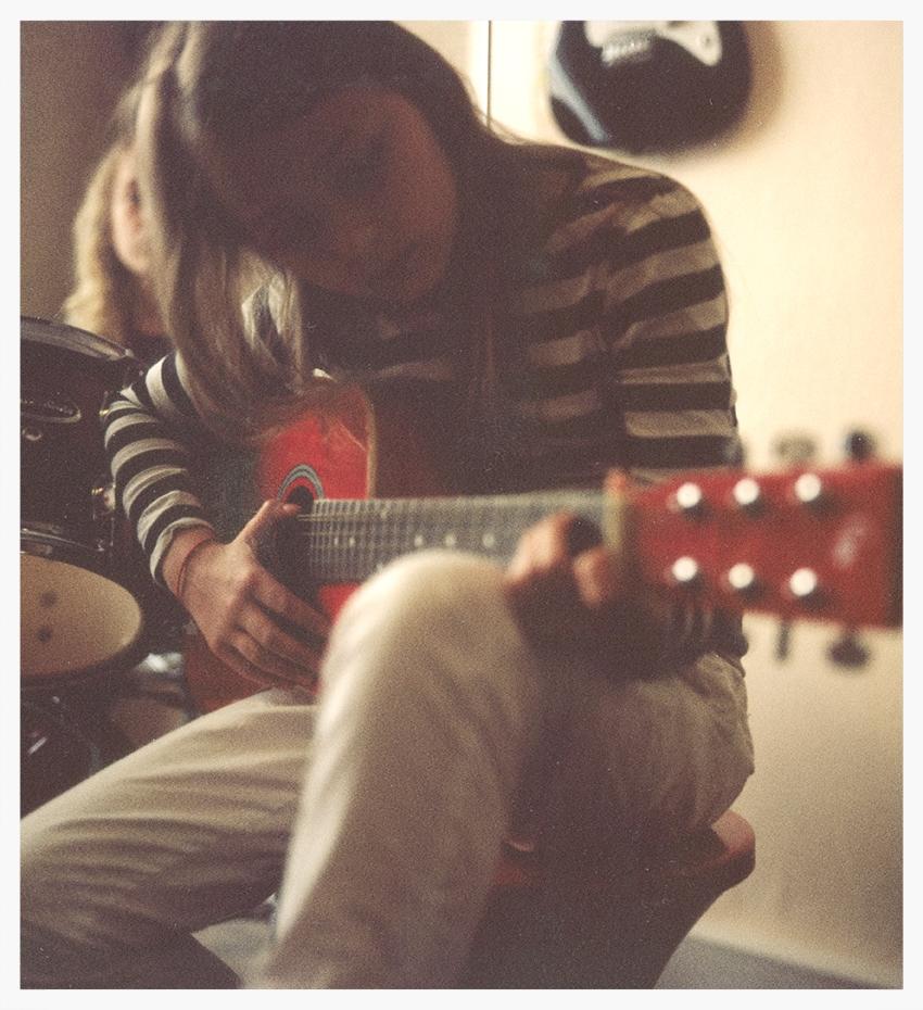 Adèle à la guitare