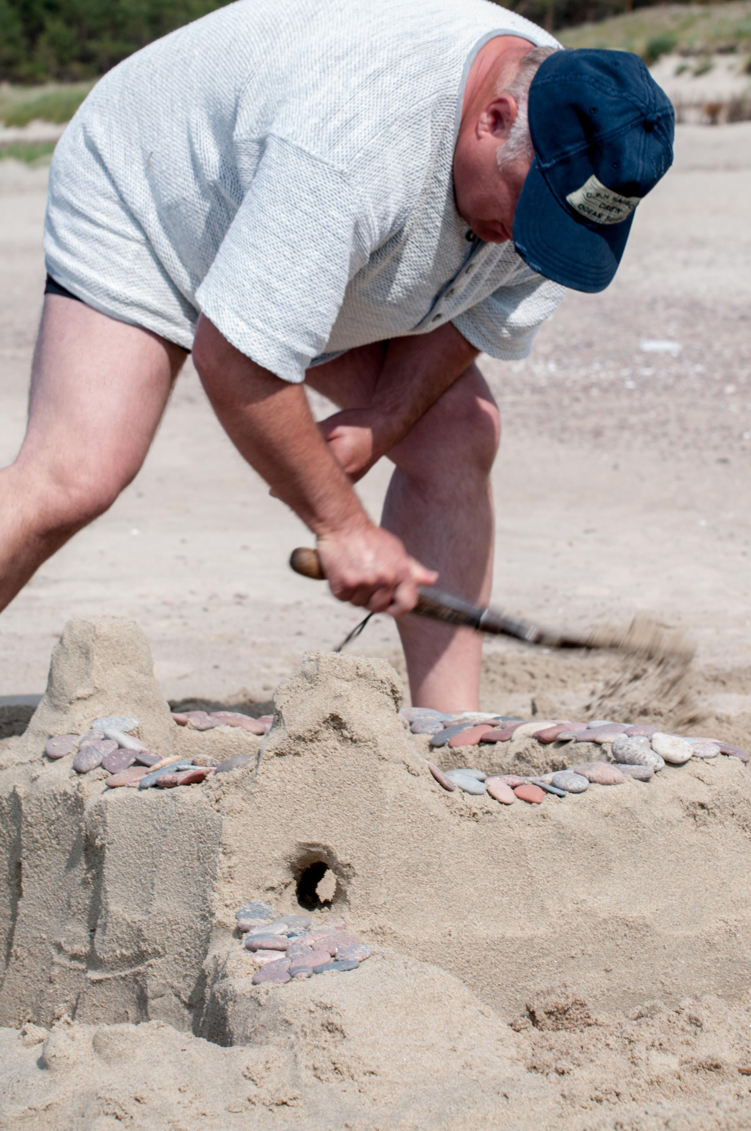 Man building a Castel - 140610 - DSC_1337-4.JPG