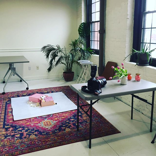 Great day of shooting with @hmcollinsphotography and in a great space provided by @mapleandmooncreative 📸💕 #photoshoot #styling #behindthescenes #kimberlylindbergdesign