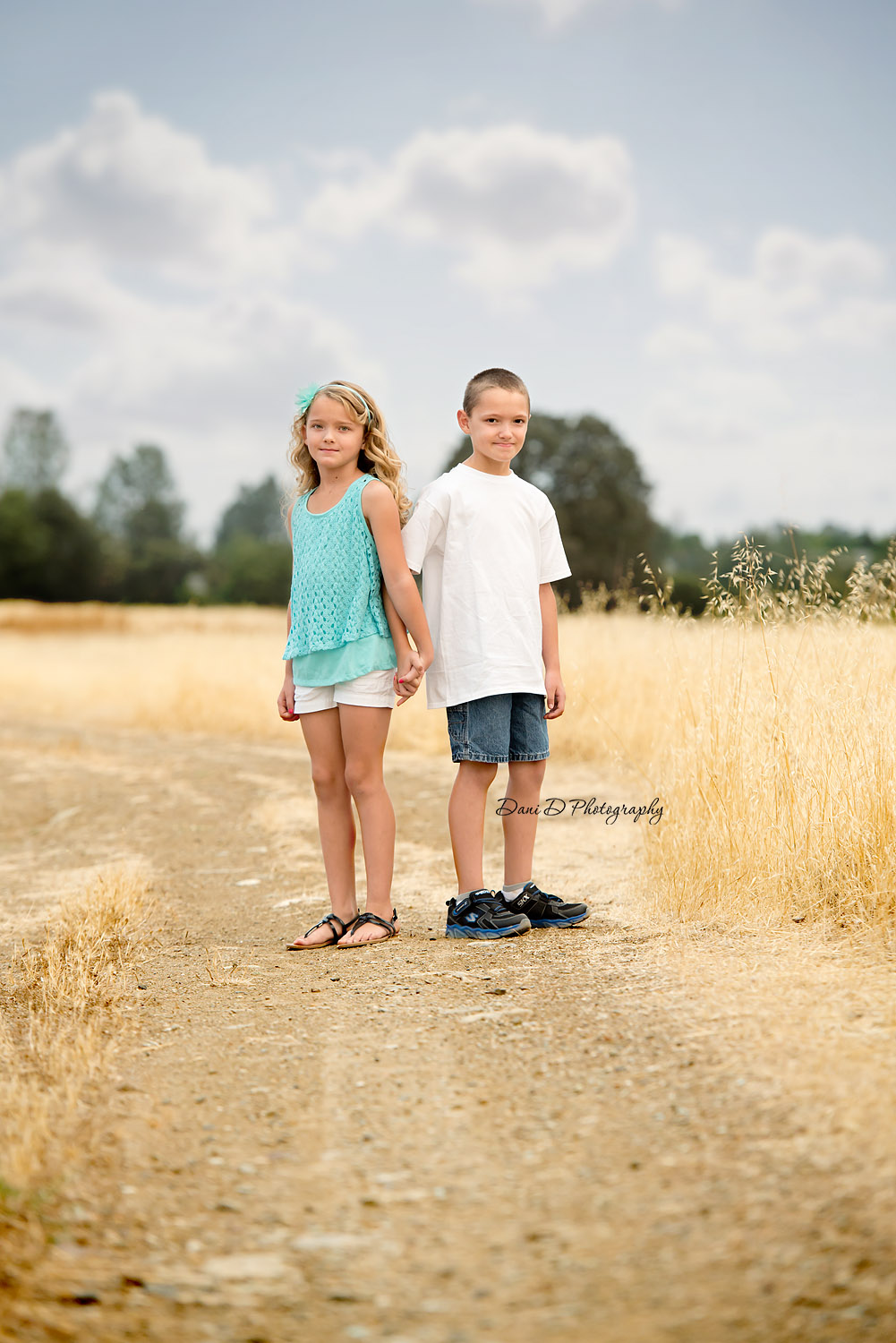 Outdoor portrait of twins - Redding CA photographer - Dani D Photography