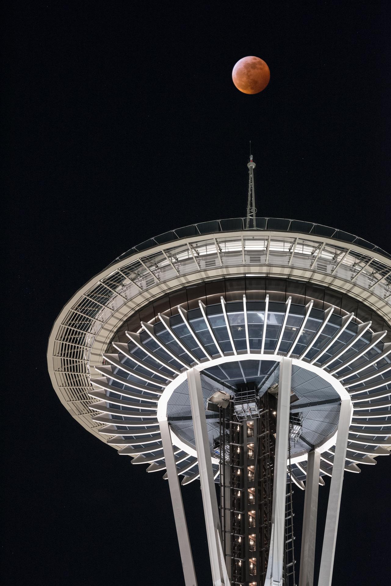 Blood-Moon-Space-Needle-Seattle-Jan-20-2019