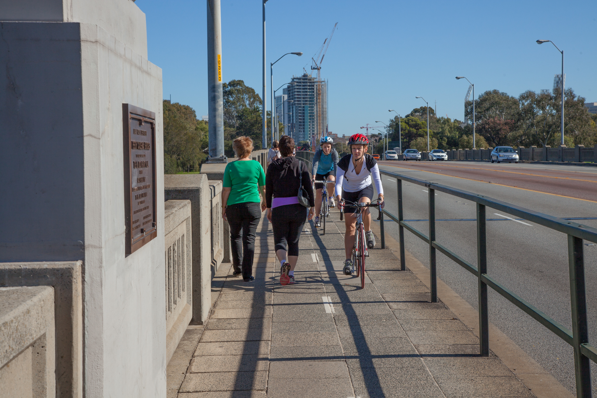 Fig: 34: Narrow road verge – the Causeway in Perth