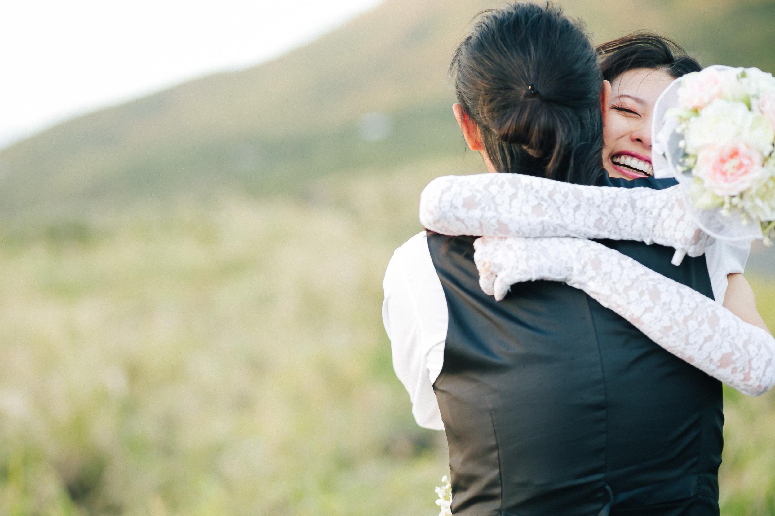 新郎から事前に相談を受け、新婦に内緒で計画したサプライズプロポーズのシーン。新郎新婦は、自分たちとってこれが一番価値のある写真だと話してくれた。