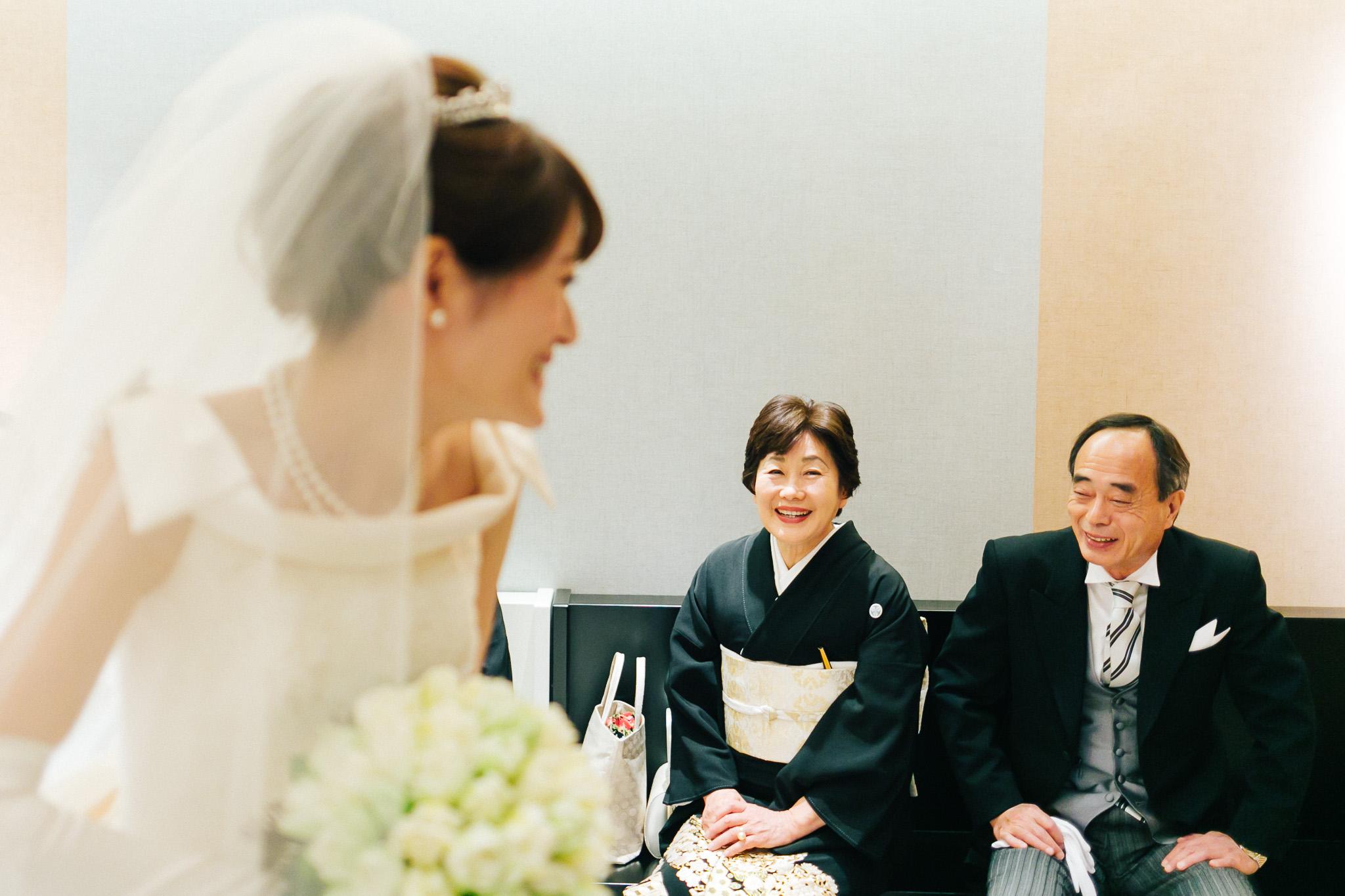 挙式が始まる前に、その場を離れる新婦にご両親が暖かい言葉をかけてくれた。家族を大切にする新婦のことを事前によく知っていたからこそ撮れた一枚だと言える。