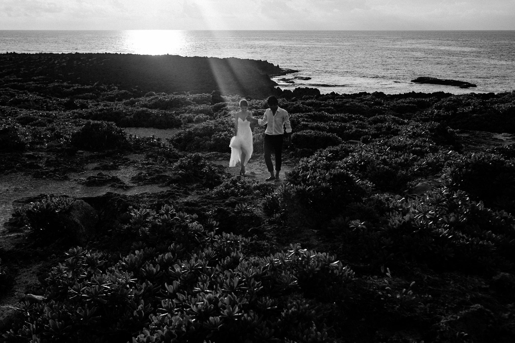 沖縄の残波岬でフォトウェディング
