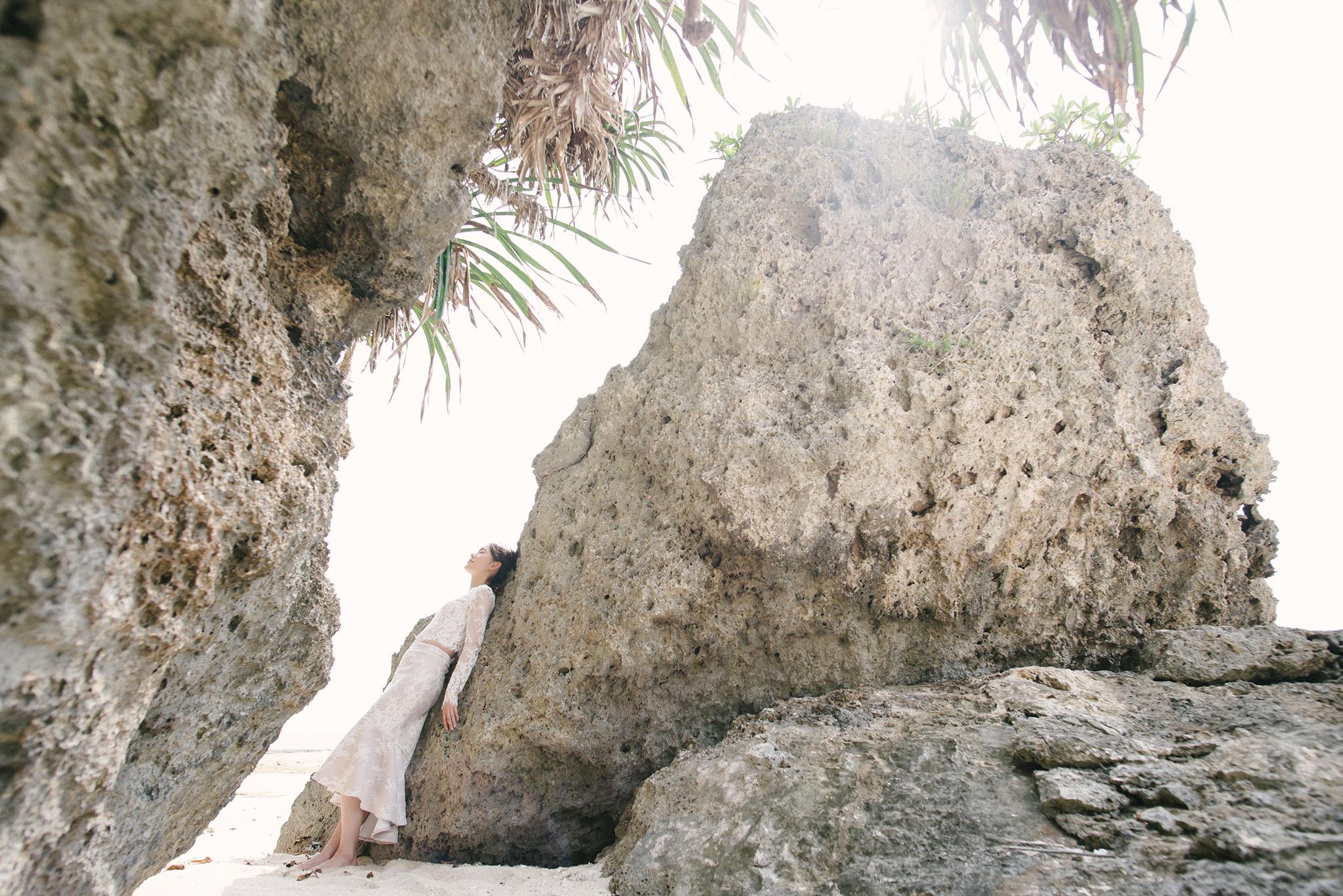ビーチにはゴツゴツした岩がそこら中にあり、撮影の背景に困ることはない
