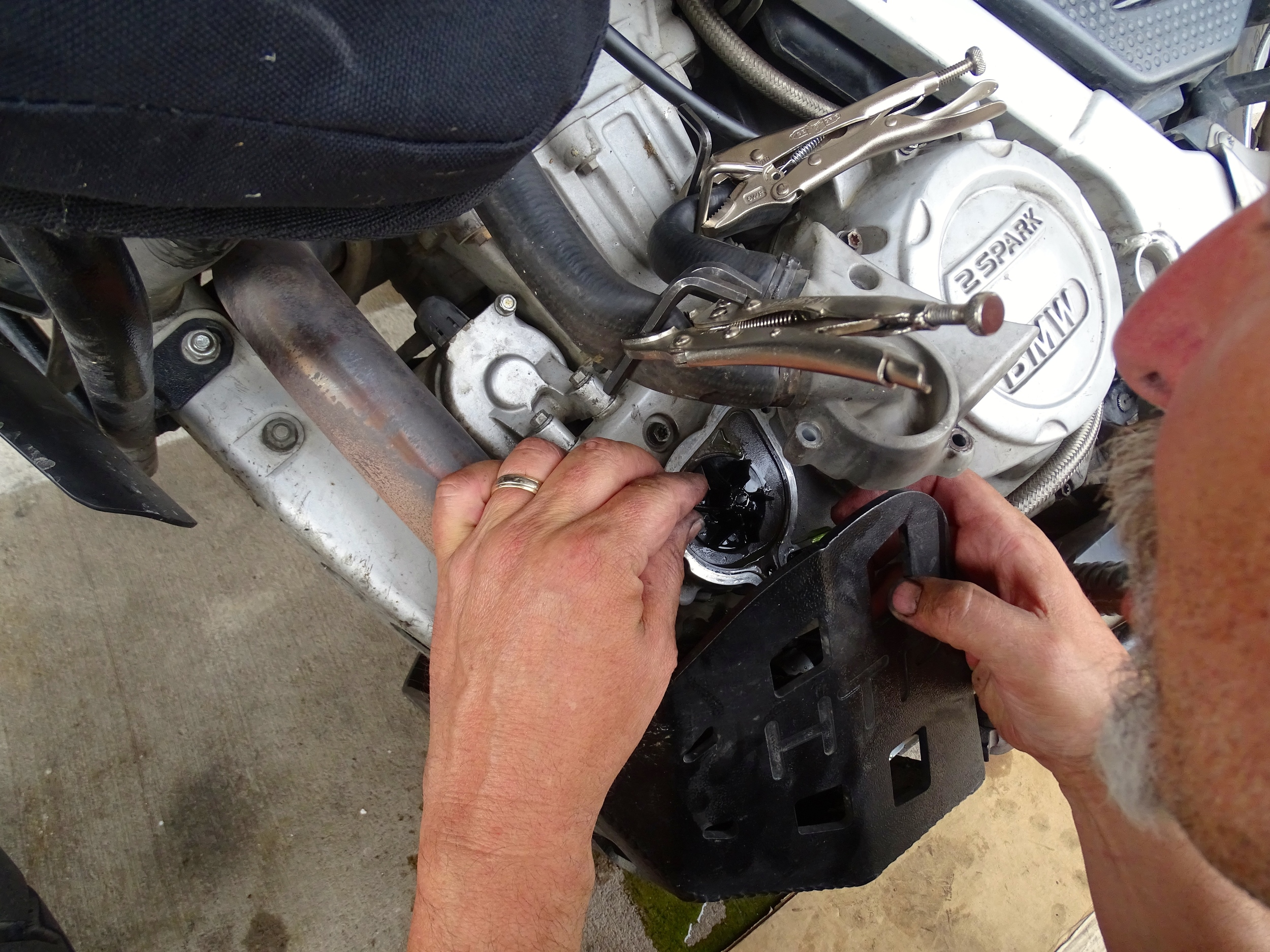 Clever clamping method to double-check the water pump after installation.
