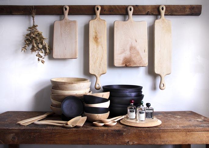 Cucchiai, taglieri e ciotole in legno naturale e nero lavorato a mano a Kingston NY    Blackcreek Mercantile   Joshua Vogel    Spazio Materiae    Napoli