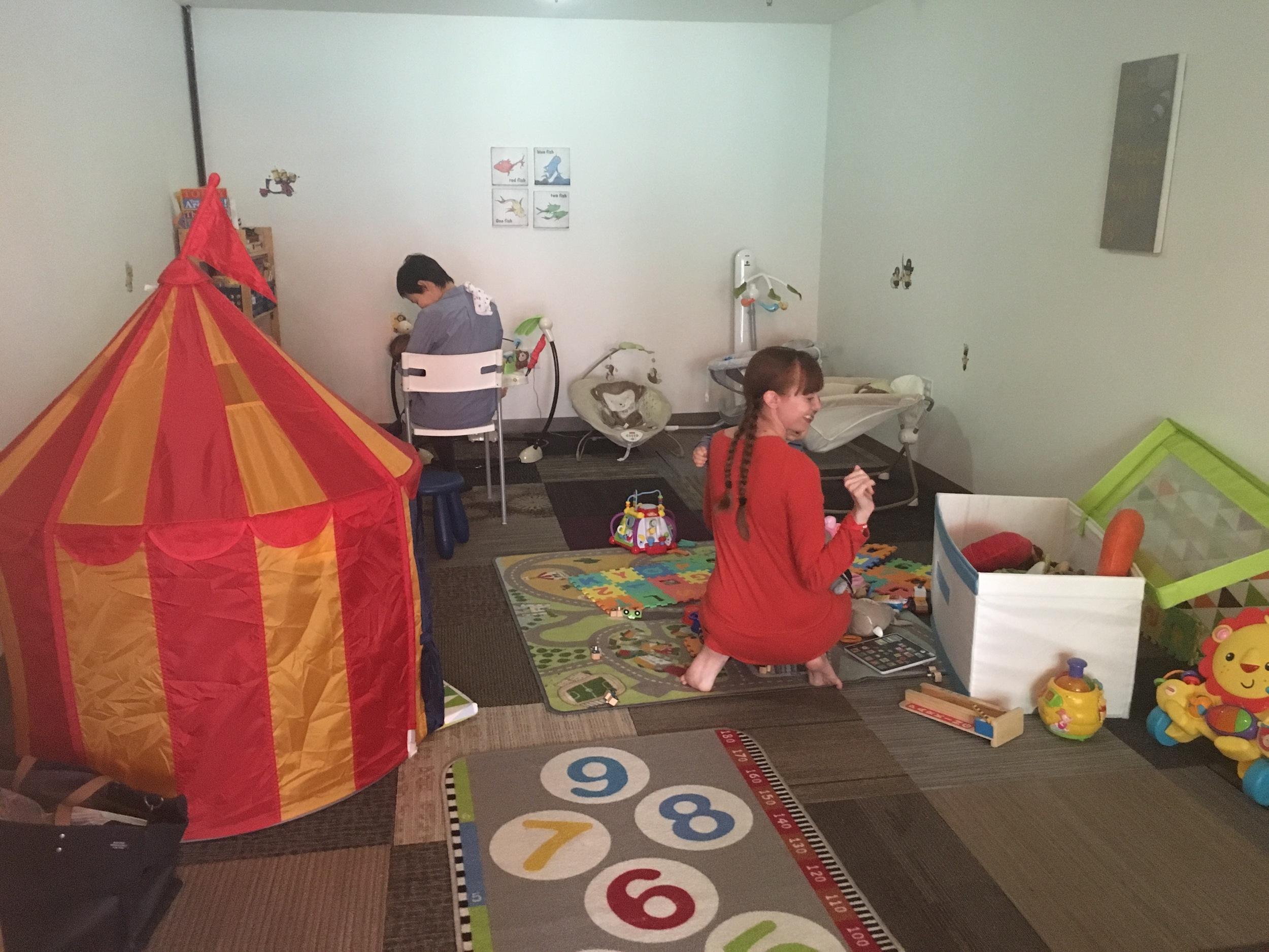 ワーキングスペースの隣にある別室がチャイルドケアになっています。現在対象になる子どもは、3ヶ月〜4歳。