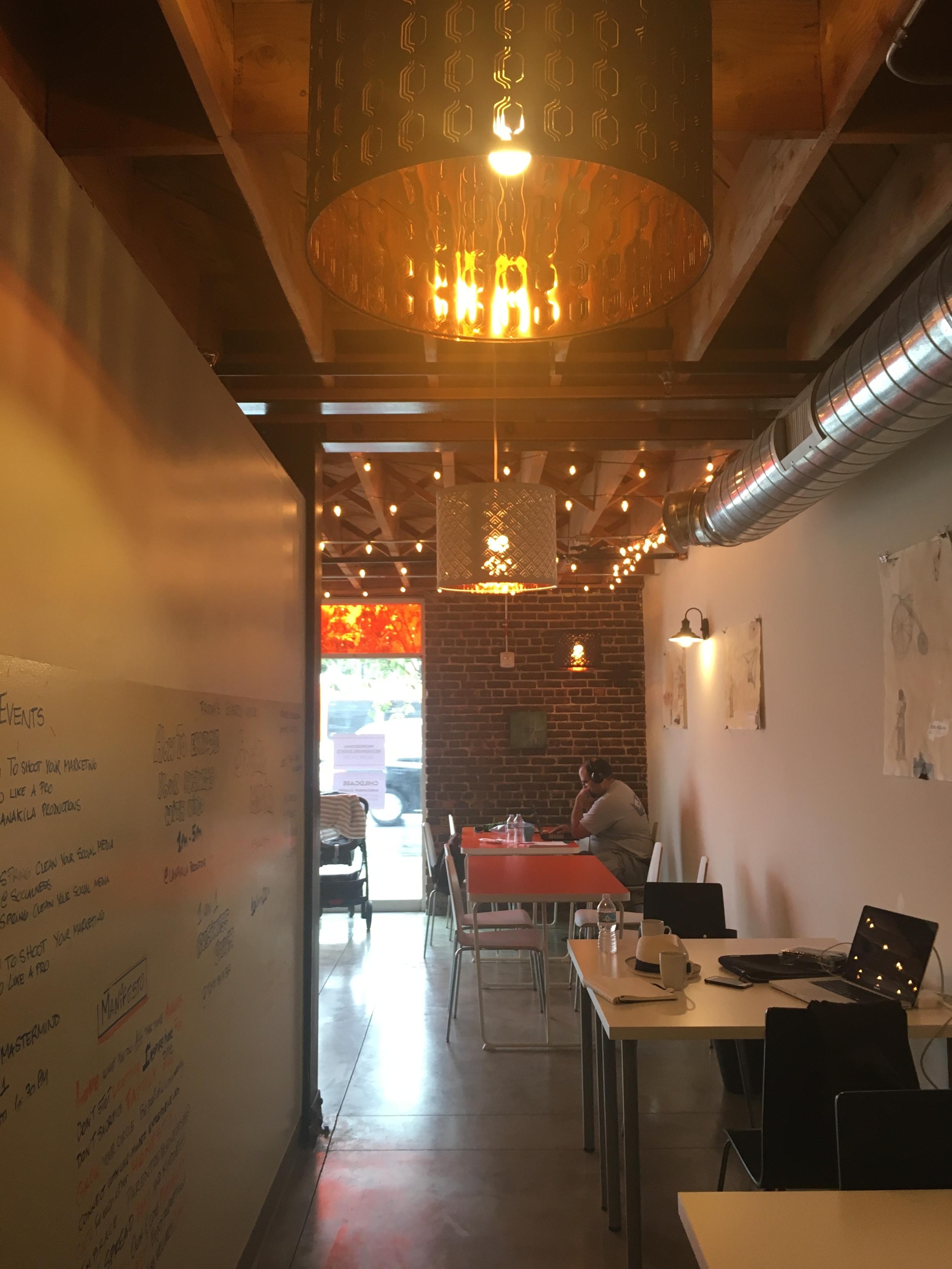 天井が高く、オリジナルのレンガ張りも残されている気持ちのいい空間です。壁には地元アーティストさんの作品を展示してあります。
