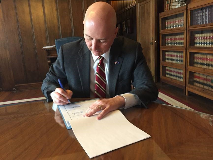 Gov. Ricketts signs LB 57 authorizing Airbnb.