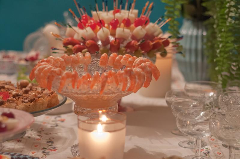 Coquetel de camarão, porco-espinho de petiscos, taças antigas e samambaia. Foto:  Pablo Lobo .