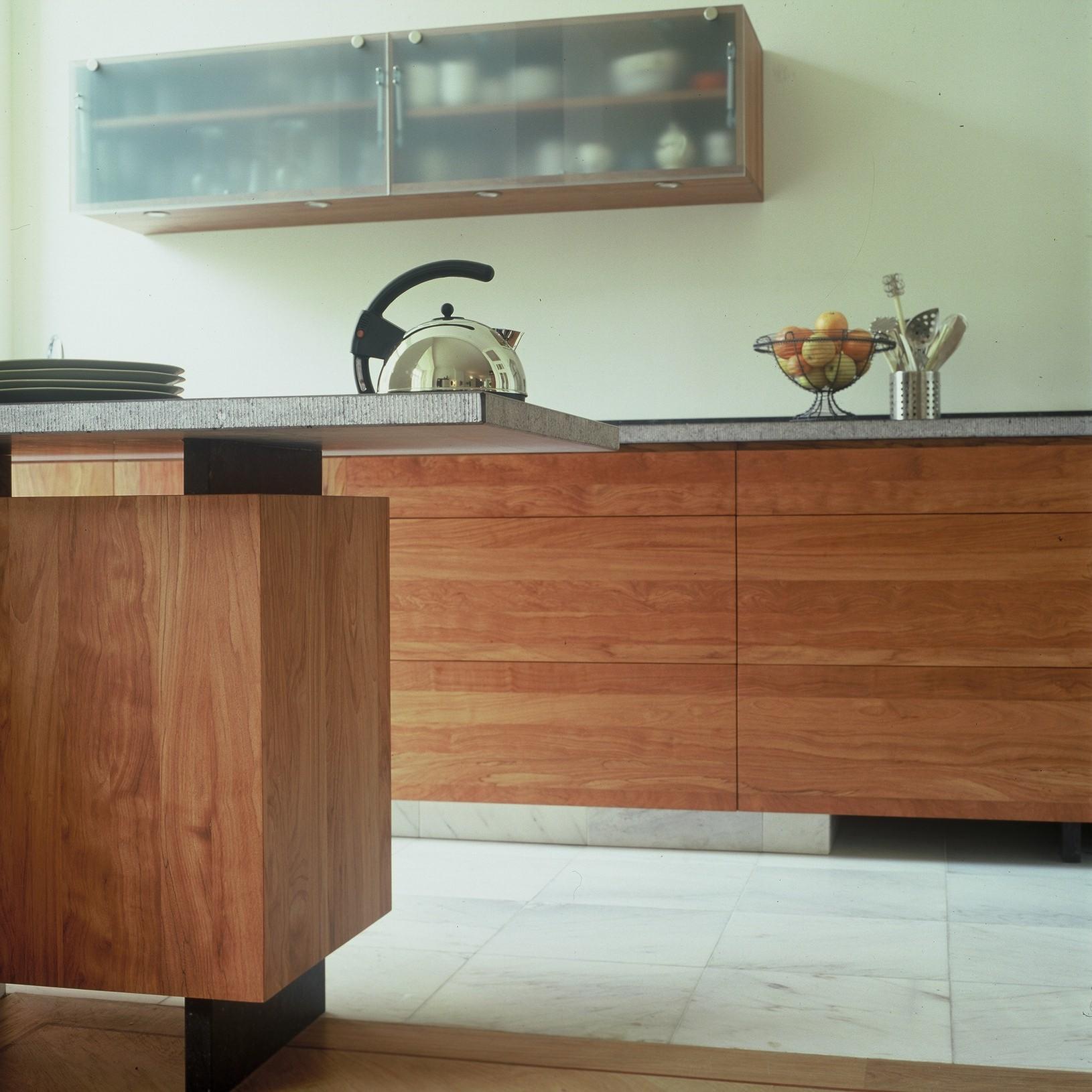 natuurlijke uitstraling van massief afzeliahout, belgisch hardsteen(gefreind),matglas en marmeren vloer.