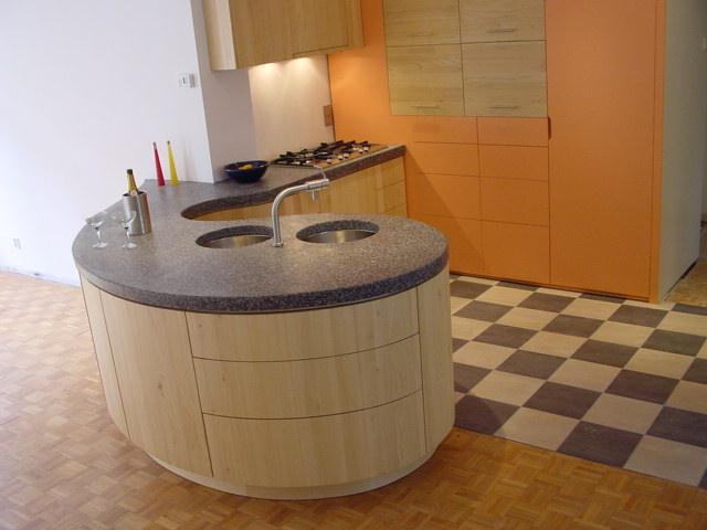vrij vormgegeven organische keukenvorm van massief tulpenboomhout
