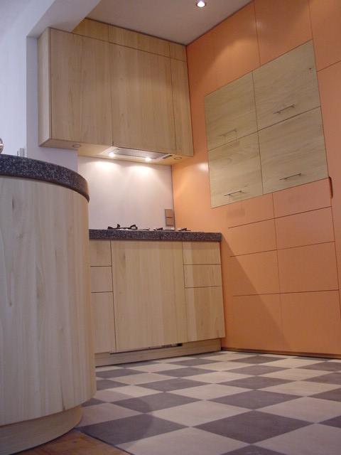 hangkasten van tulpenboomhout, evenals de in de kastenwand van in kleurgespoten mdf verwerkte klepfronten