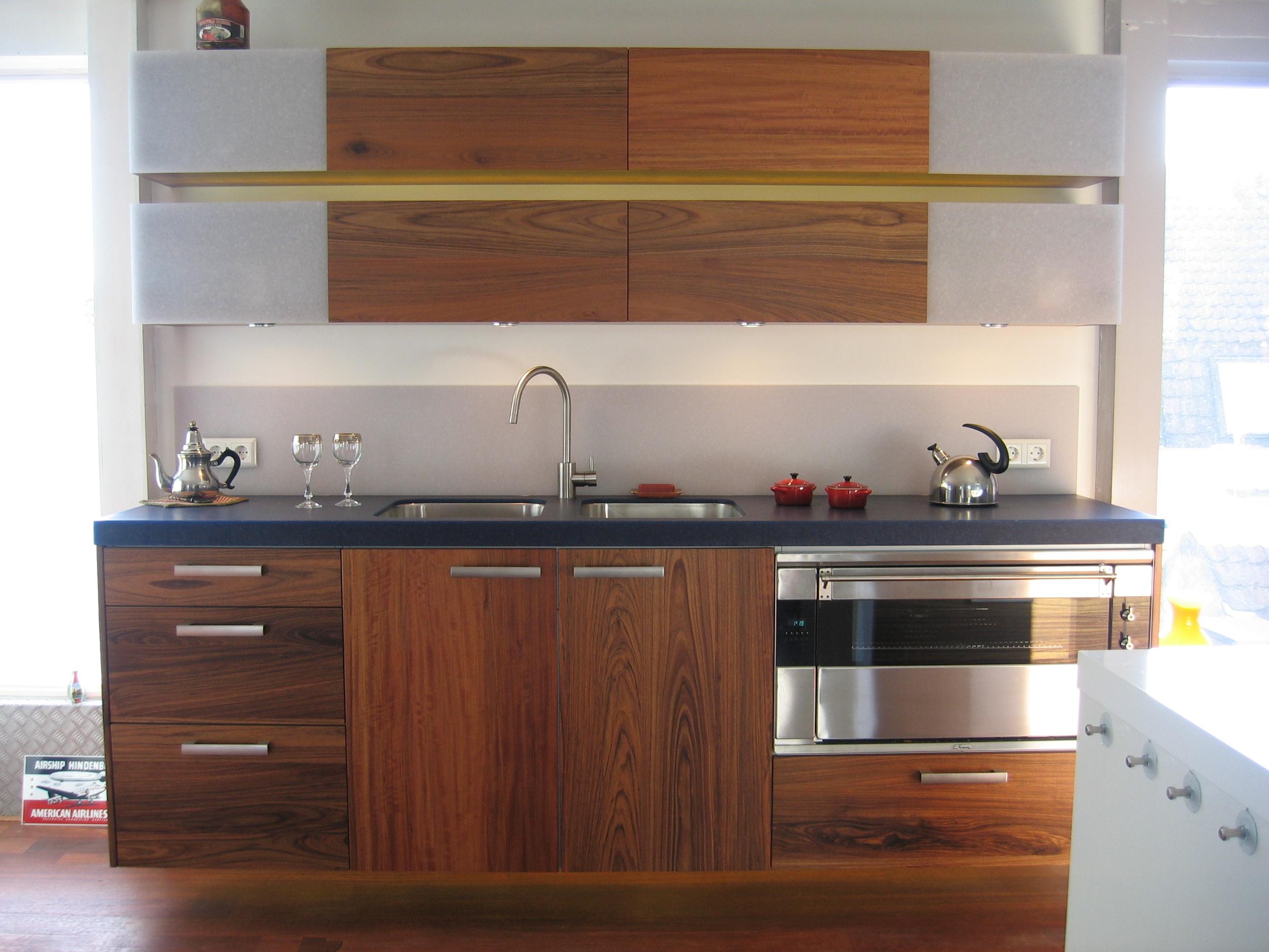 spoelgedeelte van massief mutenye-hout met geïntegreerde oven en werkbladvanavonite