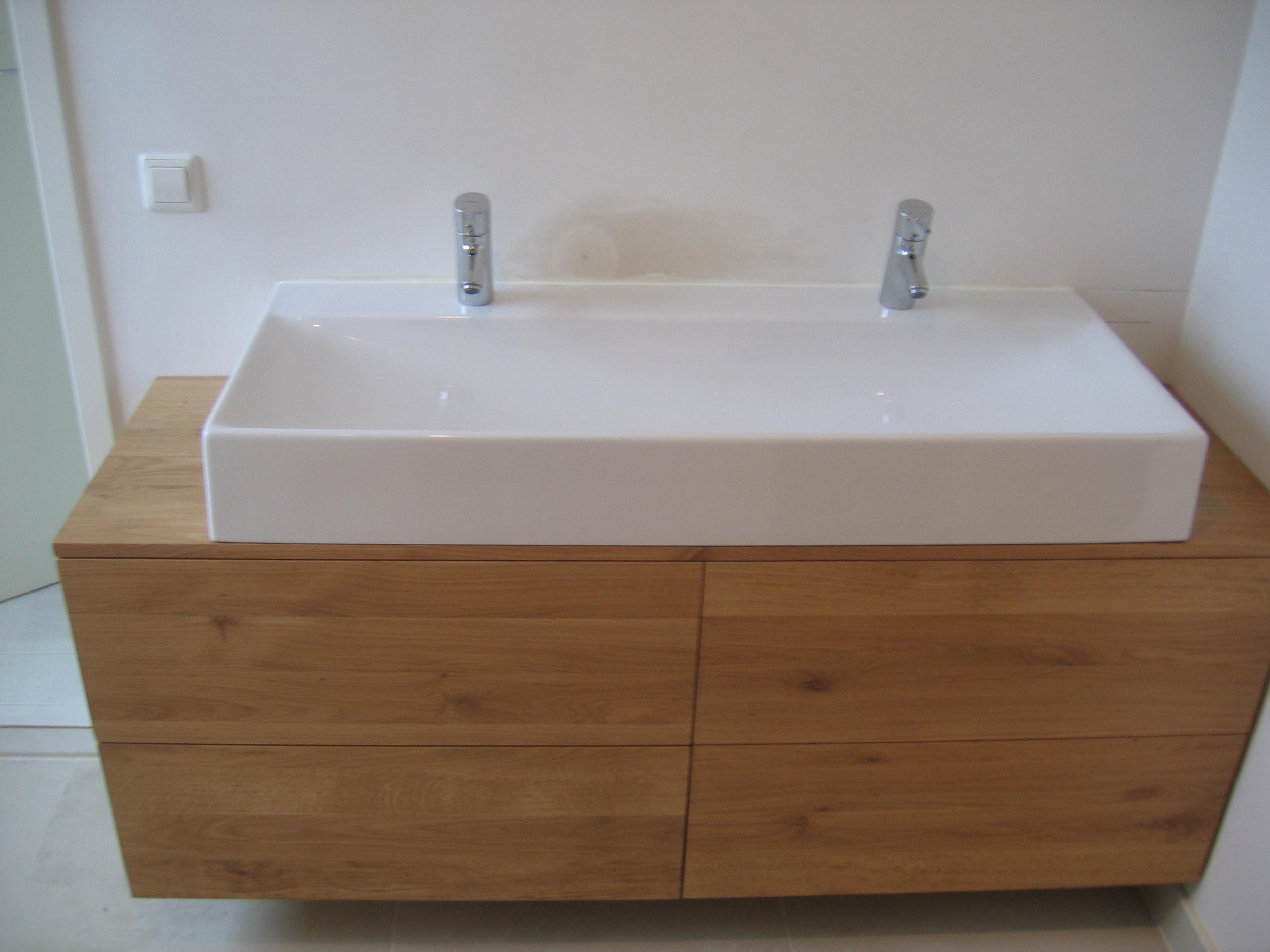 badkamermeubel van massief eikenhout, greeploze lades, licht opaal ingekleurd