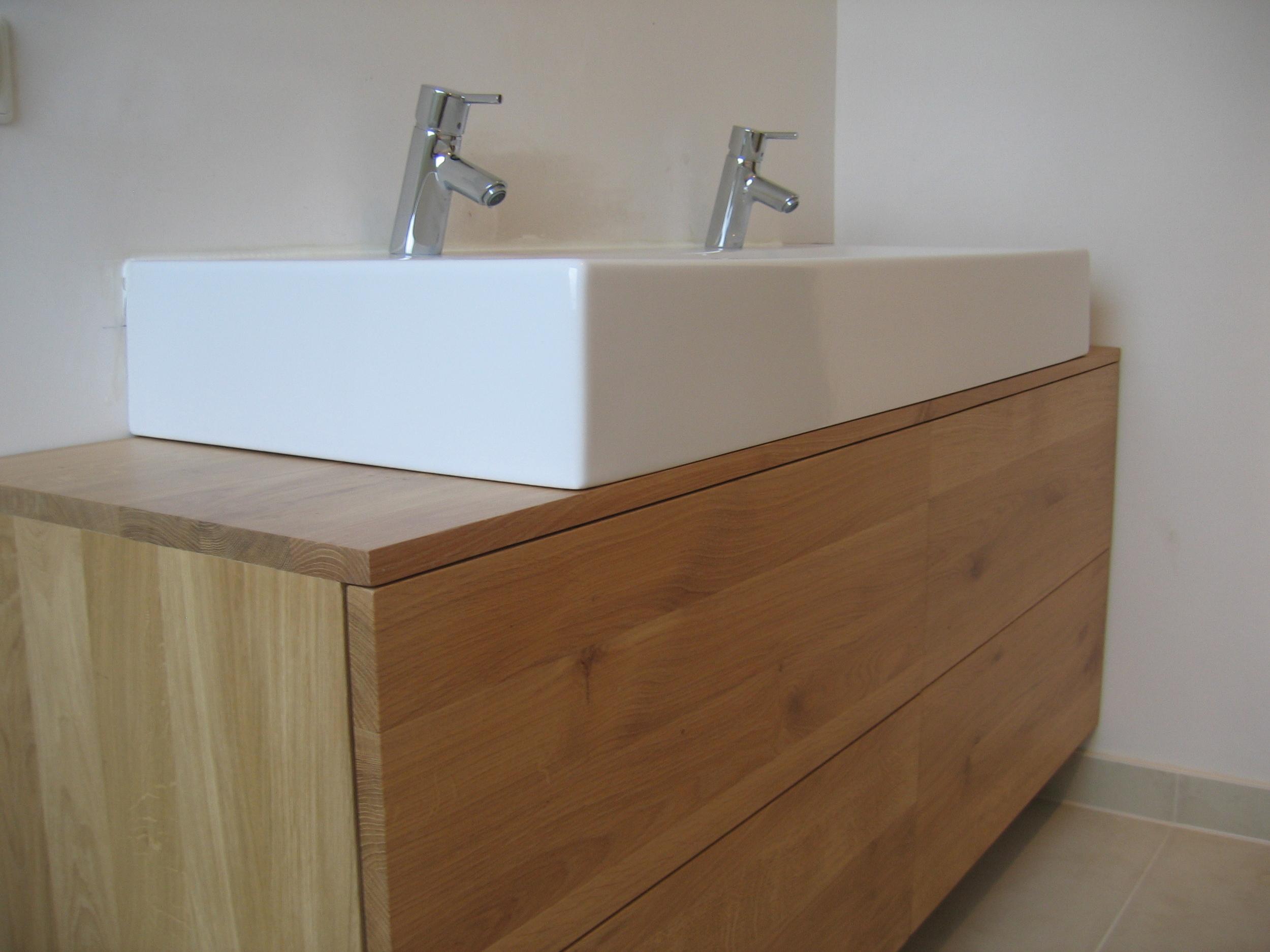 badkamermeubel met witte keramische wastafel (opbouw)