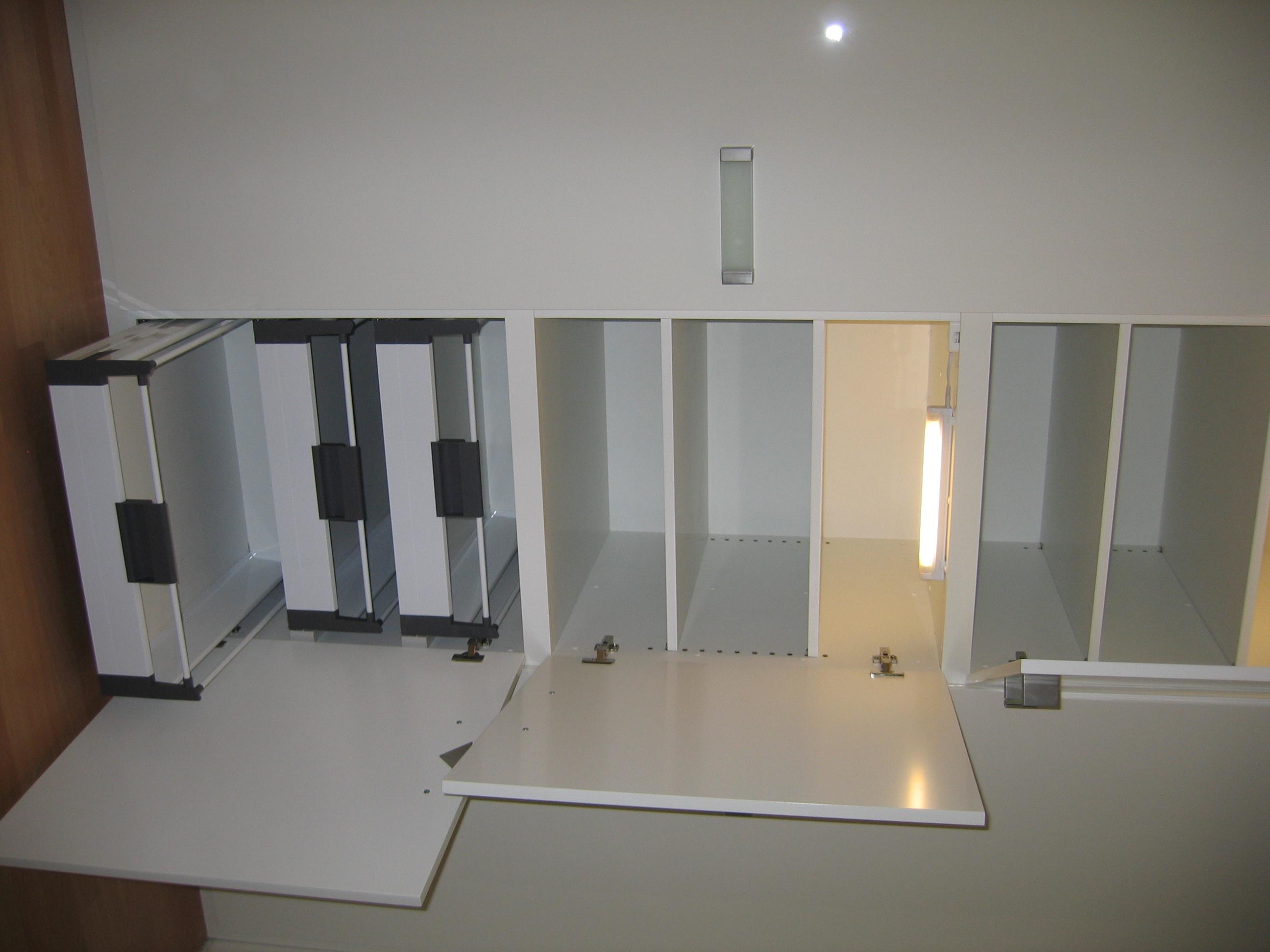 verstelbare planken en lades, verlichte kastbinnenzijde