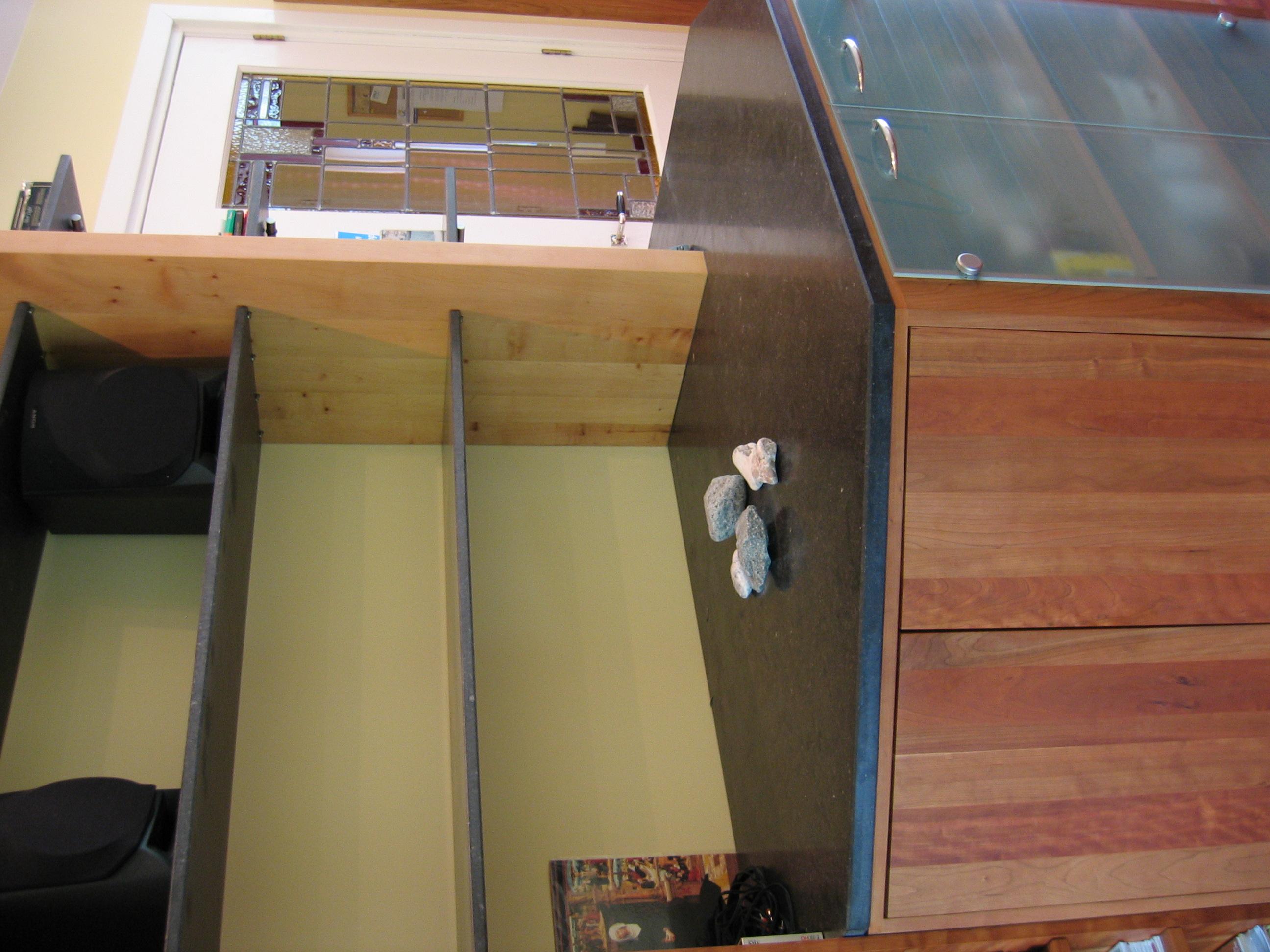 boekenwand, wandmeubel, kersen, berken, matglas, blad en planken belgisch hardsteen