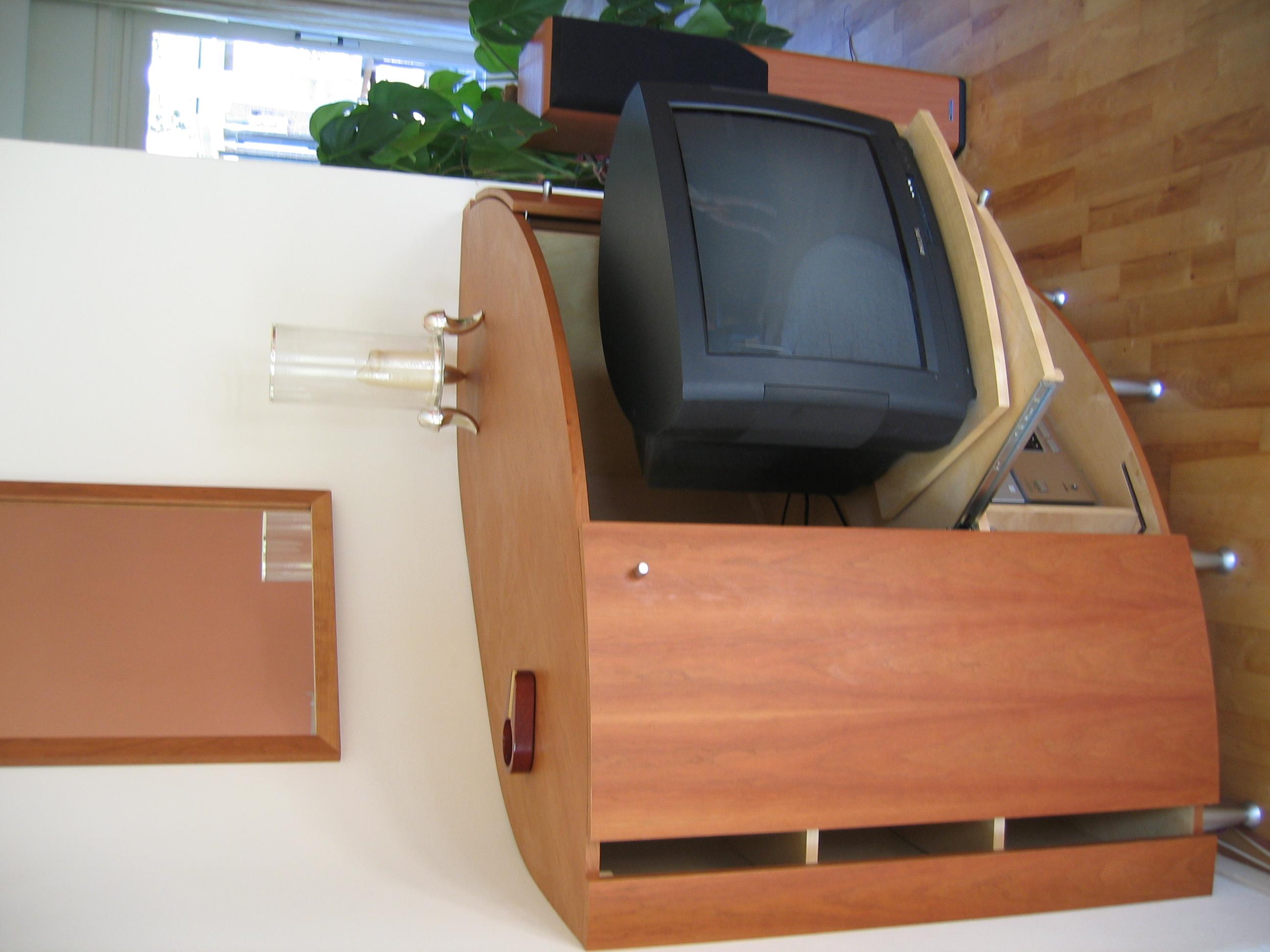 geopende schuifdeurtjes en uitgetrokken tv op draaiplateau