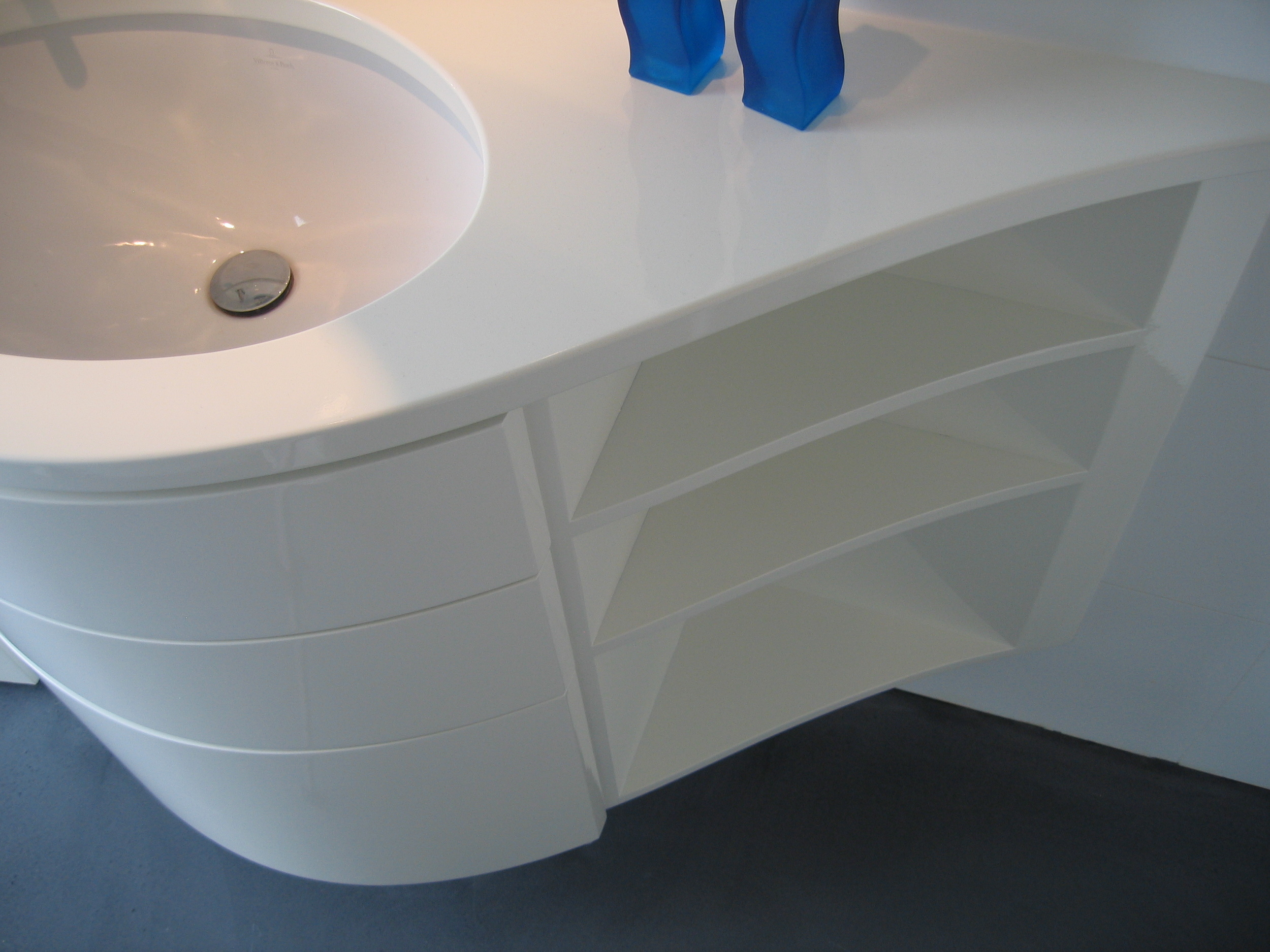 ovale keramische onderbouwwaskom, ladefronten en planchetjes in glooiende lijn