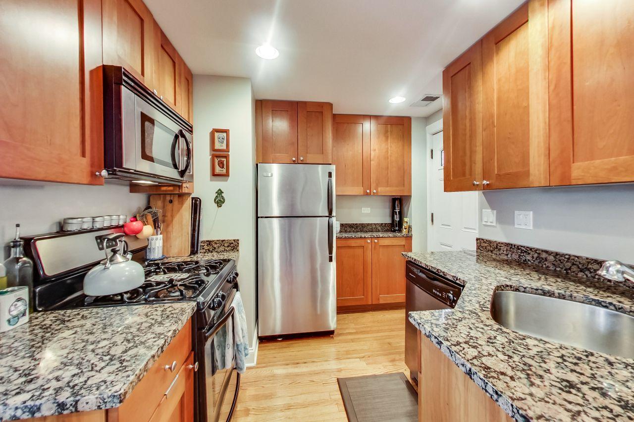 4422-n-ashland-3w-chicago-kourtney-murray-real-estate-kitchen-02.jpg