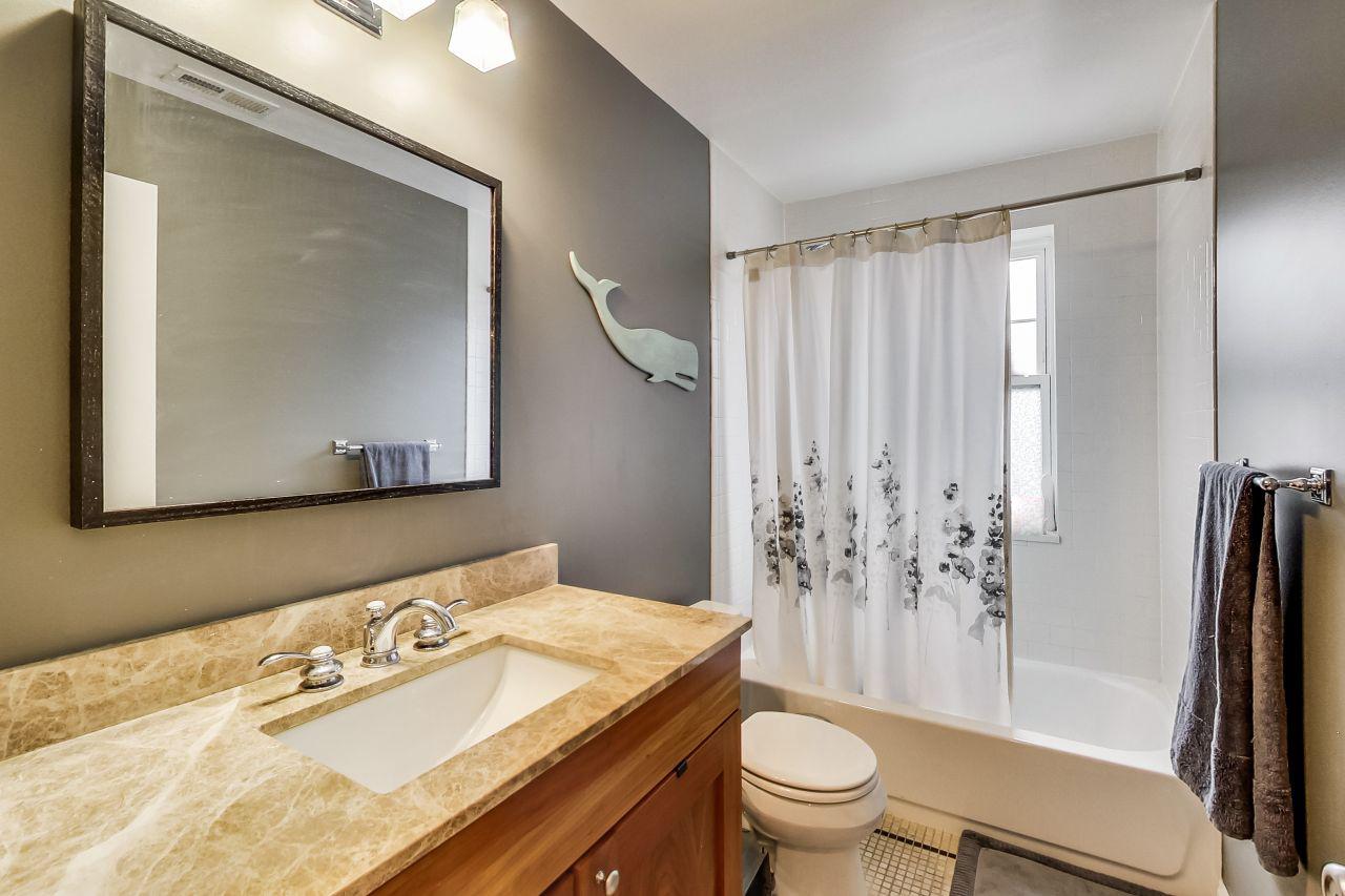 4422-n-ashland-3w-chicago-kourtney-murray-real-estate-bathroom