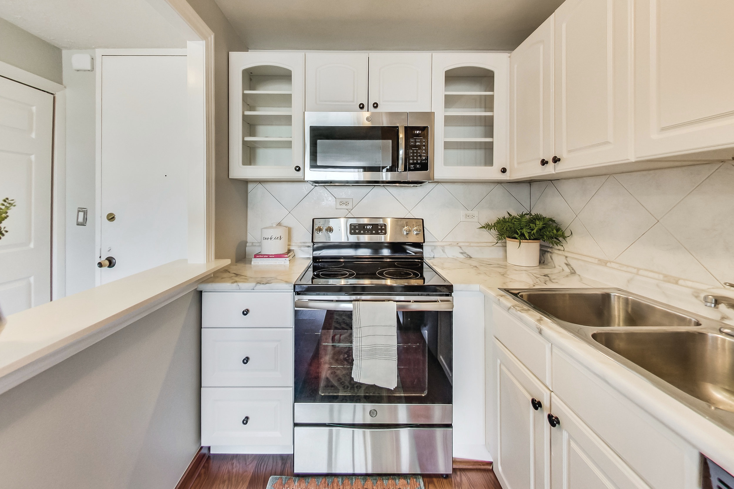 720-w-gordon-ter-9j-kourtney-murray-chicago-real-estate-buena-park-white-kitchen.jpg