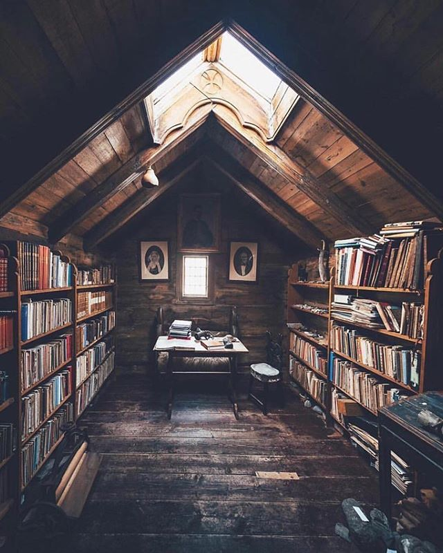 It might snow. Again. Who else feels like curling up in this cozy tiny library today? 📚 @lennart #tinyhouse #isitspringyet