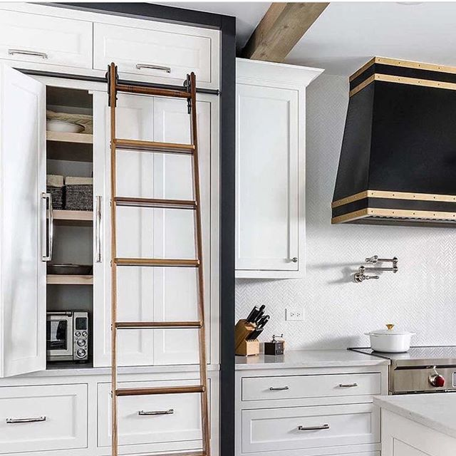 Love this gorgeous kitchen by @designstorms! How do you feel about library ladders in the kitchen? #inspo #kitchendesign