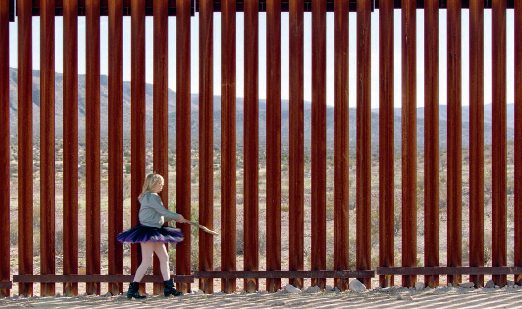 Kim Gordon of Sonic Youth playing the US-Mexico border fence.