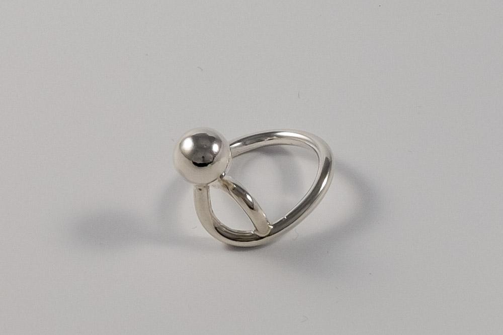 Pris dkk 850. Snoet ring med sølvperle. Unika