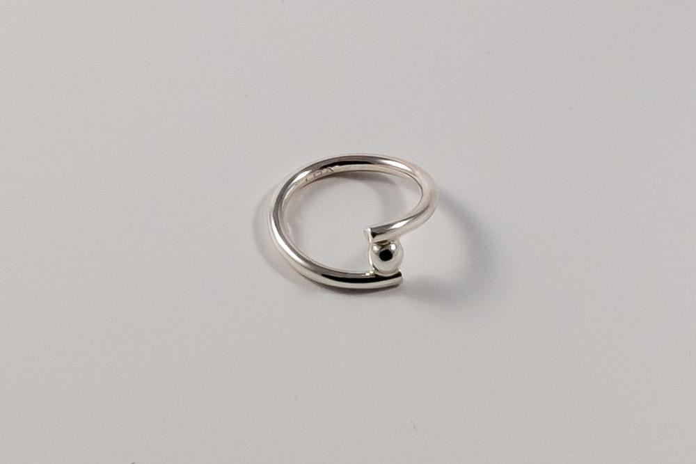 Pris 650. Sølvring med en enkelt sølvkugle