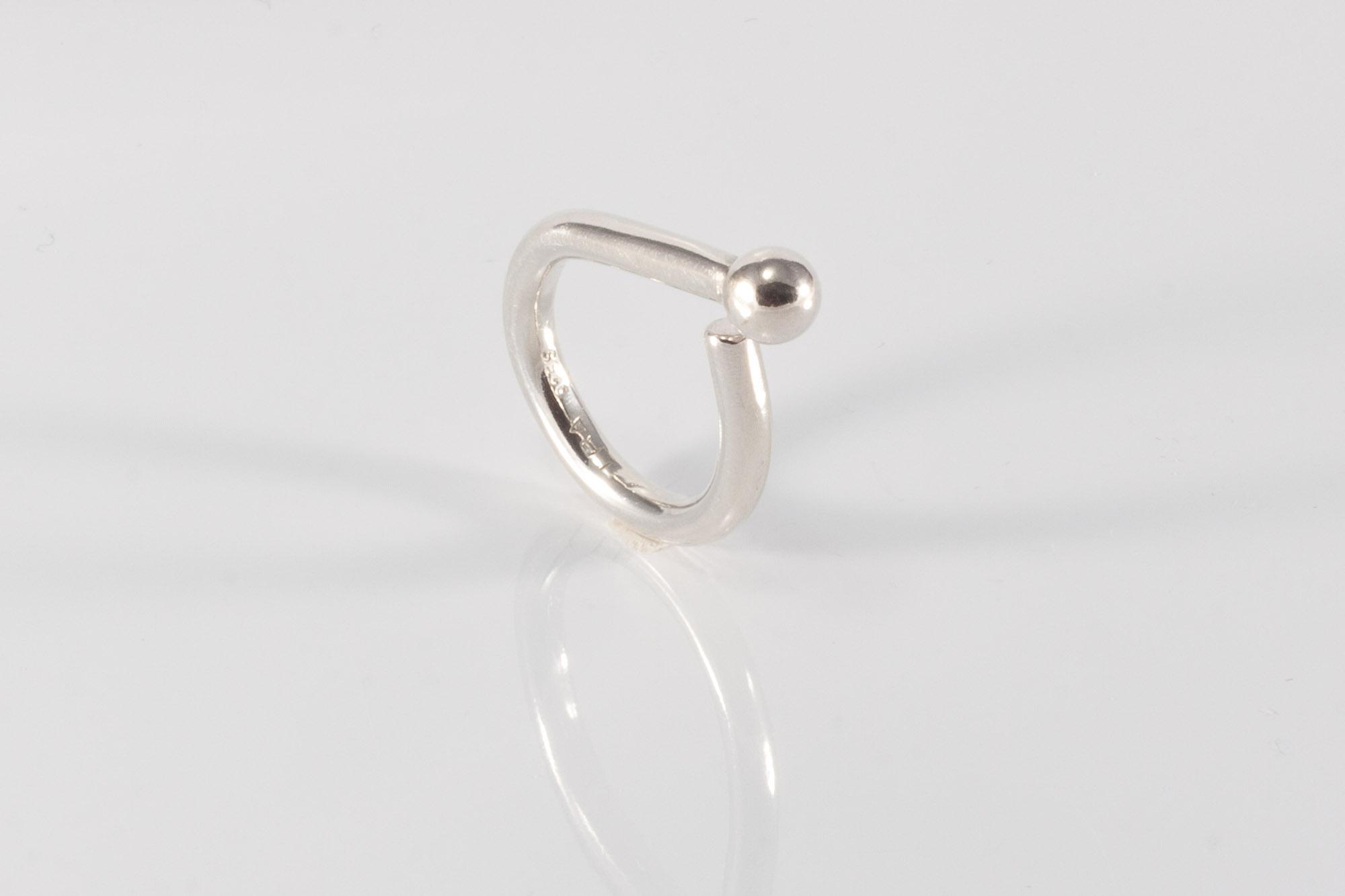 Kr. 850. Ring med en enkelt sølvkugle