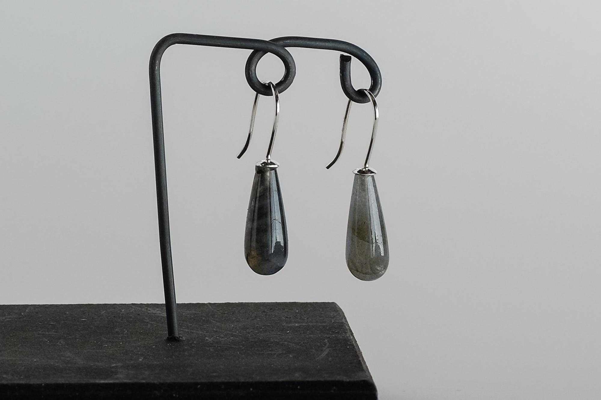 Kr. 550. Labradorit øreringe